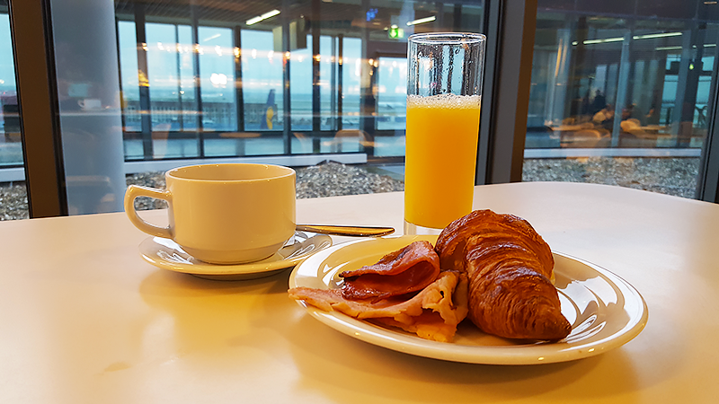 Lufthansa Business Class Lounge Frankfurt - Travel with Mia - Breakfast